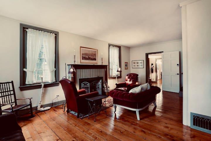 HistoricDistrict DollHouse Suite 5STARLUX sleeps 6