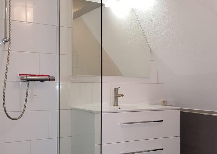 Mooie  eenpersoons kamer met royale badkamer