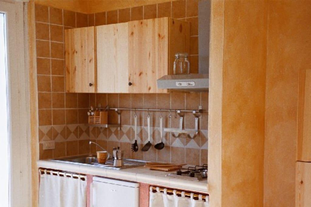 La cucina è fornita di tutti gli elettrodomestici e gli utensili che ti servono