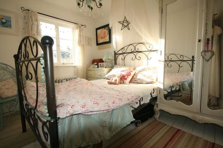 Upstairs sunny  double bedroom south facing. Wifi.