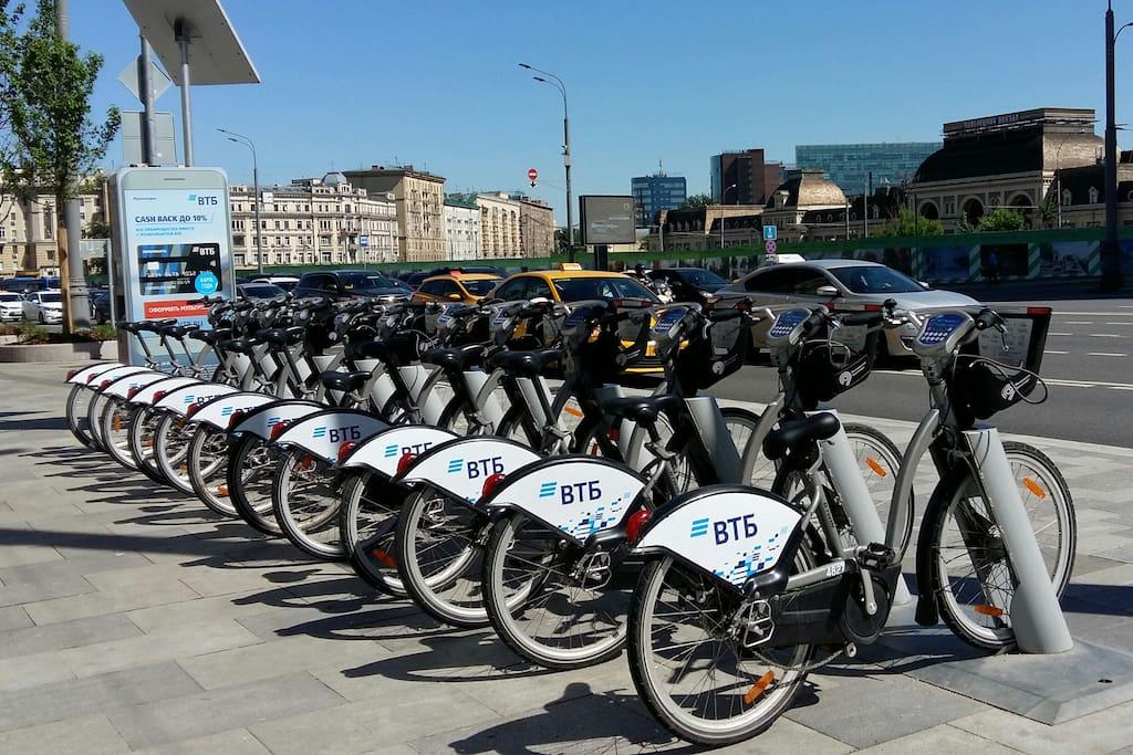 недалеко от дома можно взять велосипед напрокат, за 30 минут можно доехать до Кремля