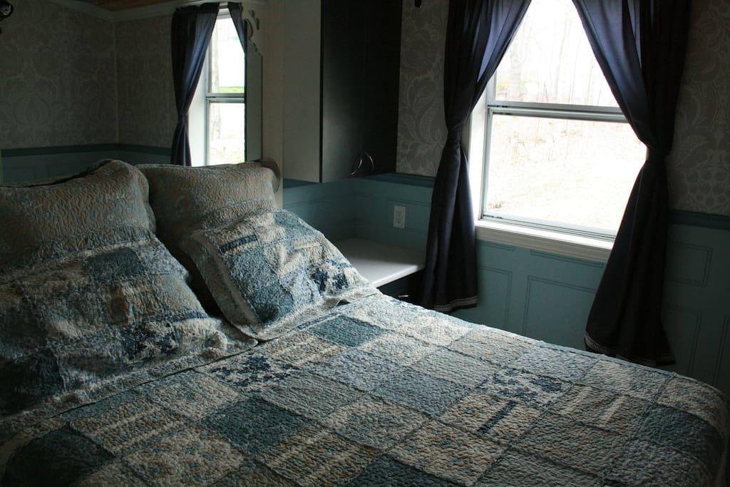 Chambres fermées avec literie, couvertures, oreillers, lit double ou grand selon les unités et radio.