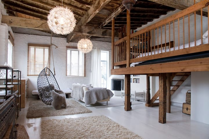 BEAUTIFUL LOFT SPACE - FAB LOCATION
