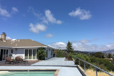 Cozy, Spacious Villa with Private Pool & Bay View! - Burlingame - House