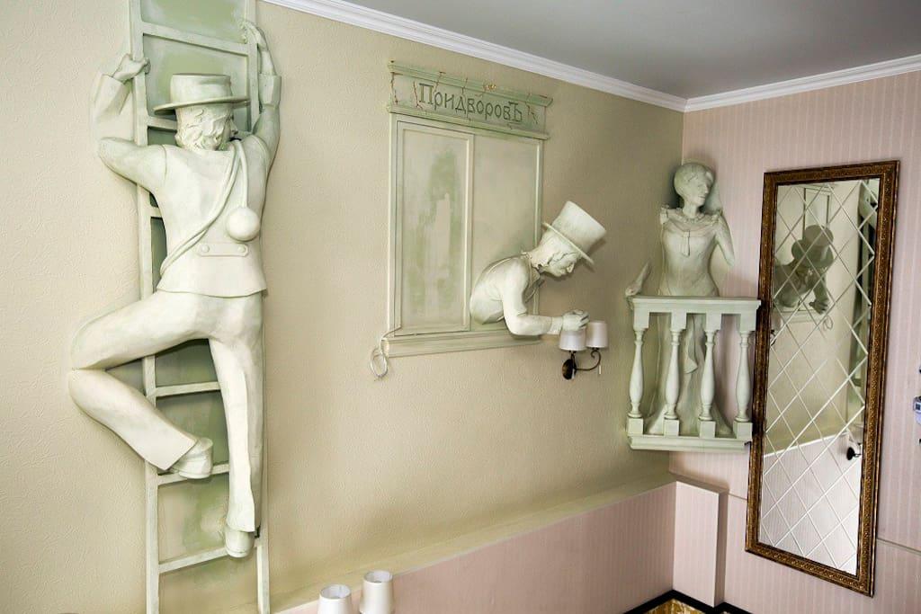Скульптурная композиция на лестнице