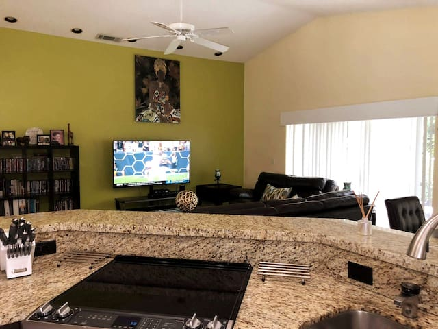 Private Room in Spacious SFH with Open Plan