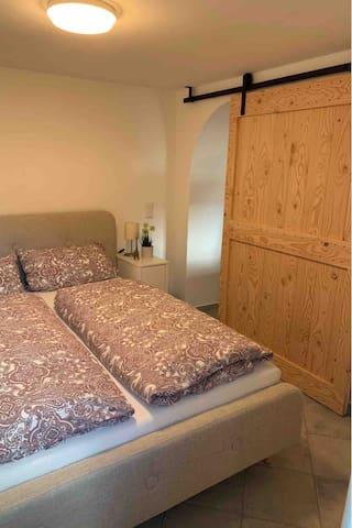 Schlafzimmer mit 160x200m Bett