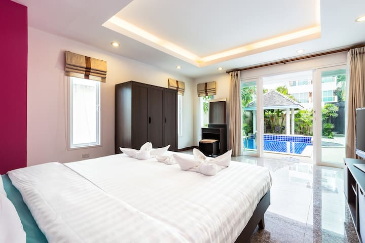 Bedroom 1, opening on the pool