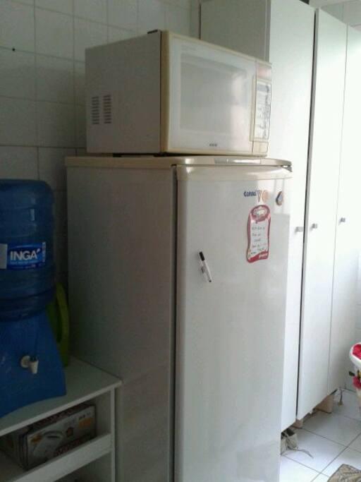 cozinha equipada com fogão, geladeira e microondas