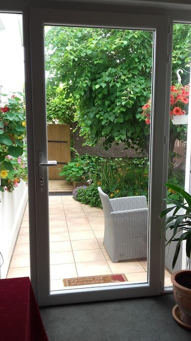 terrasse avec salon de jardin - barbecue - table et chaises de jardin - transats