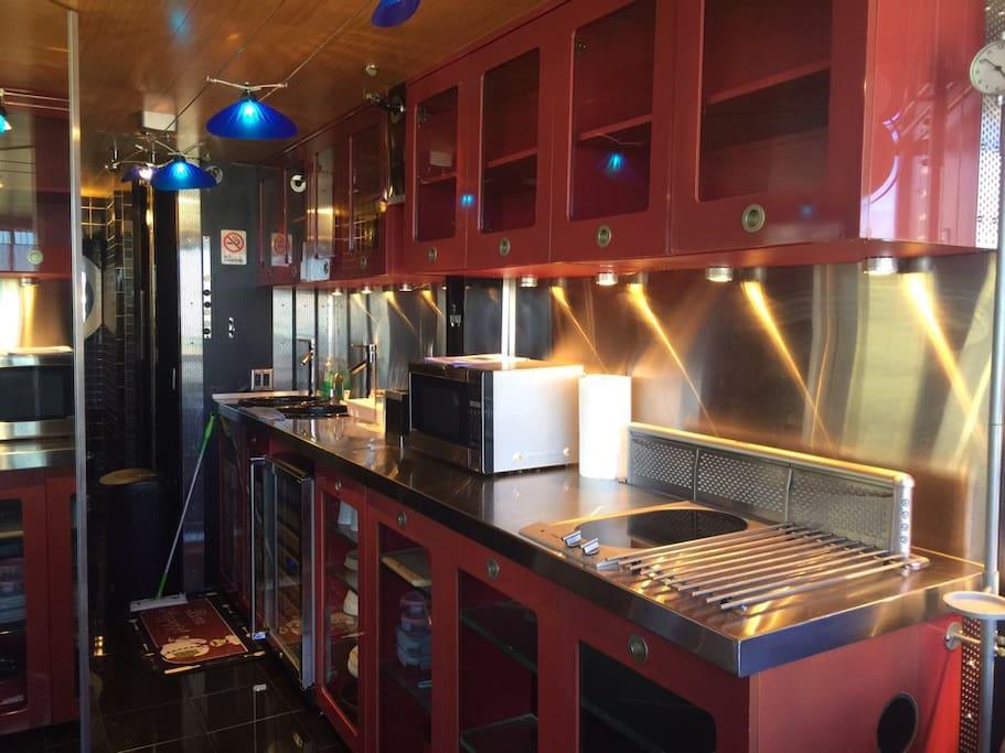 Full Kitchen w/fridge, utencils