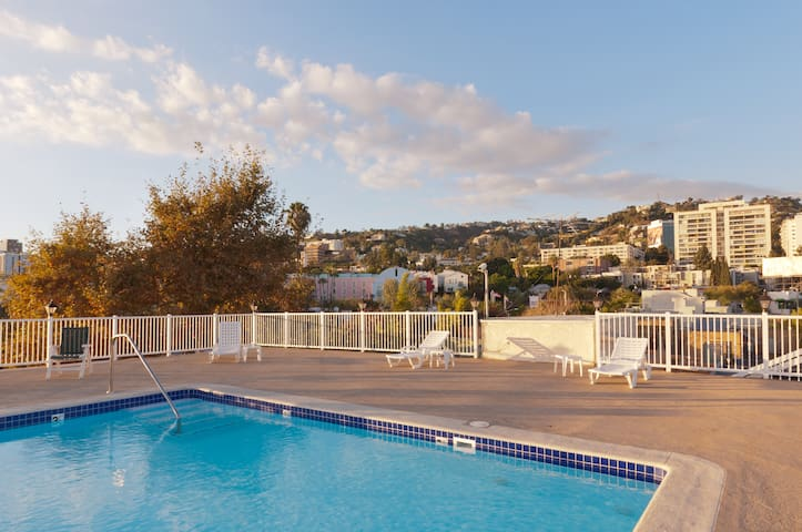 West Hollywood Studio with Rooftop Pool!!! - West Hollywood - Appartement