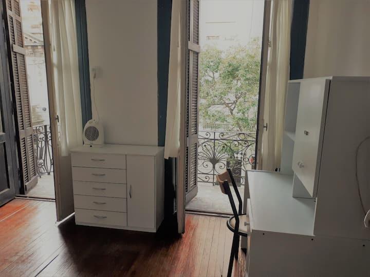 Habitación privada con litera y baño compartido.