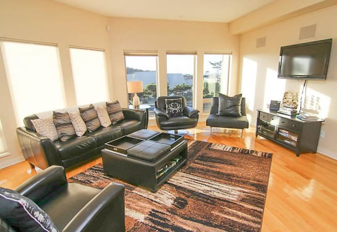 Sunset Villa - Beautiful Modern Condo with Ocean Views in the Heart of Yachats!
