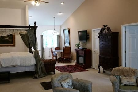 Stone Manor Bed & Breakfast Inn -  Manor Suite - Lovettsville - Bed & Breakfast
