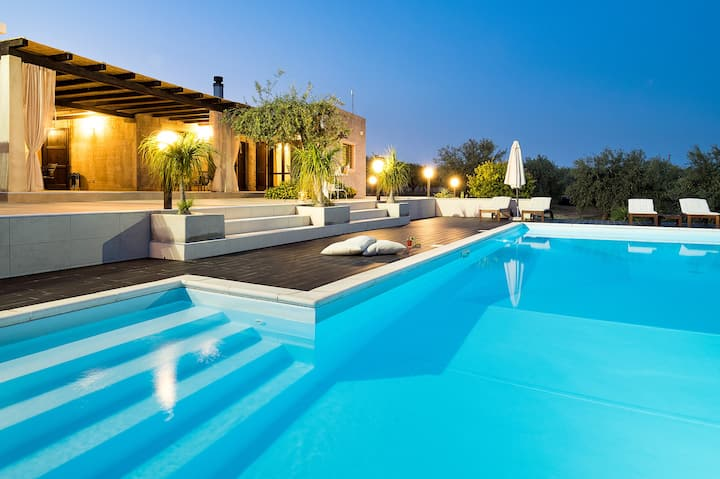 Modern cosy villa with pool