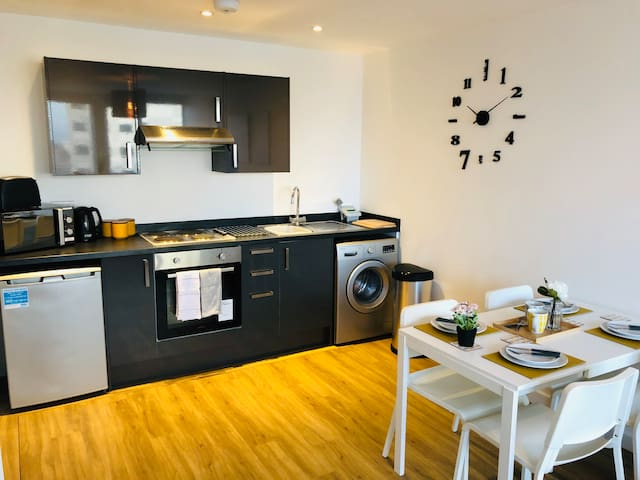 City Centre apartment with PARKING close 2 uni