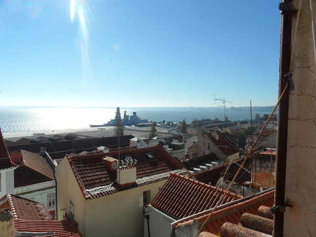 Lisbon, Alfama: amazing river view with art!