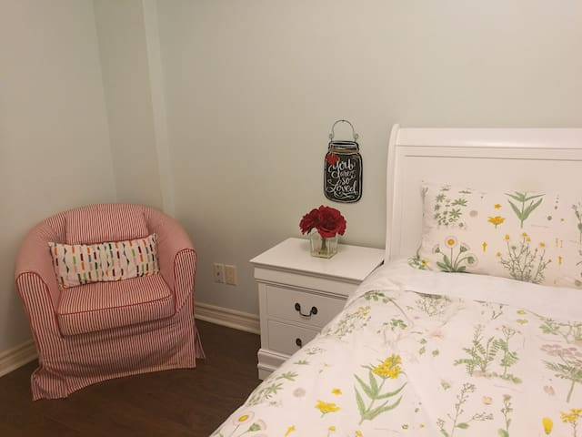 Clean room close to subway M3