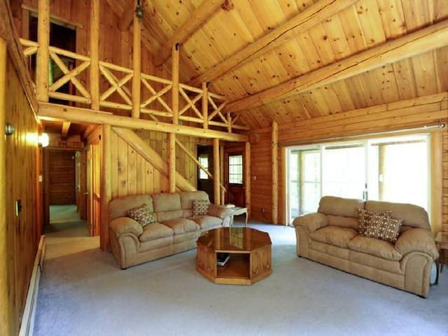Charming spacious log cabin w/pond - New Paltz - Rumah
