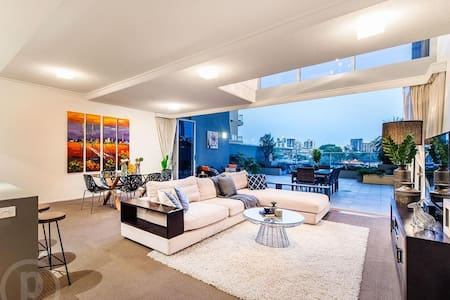 Brisbane Riverside Villa in the Heart of the City - Brisbane City