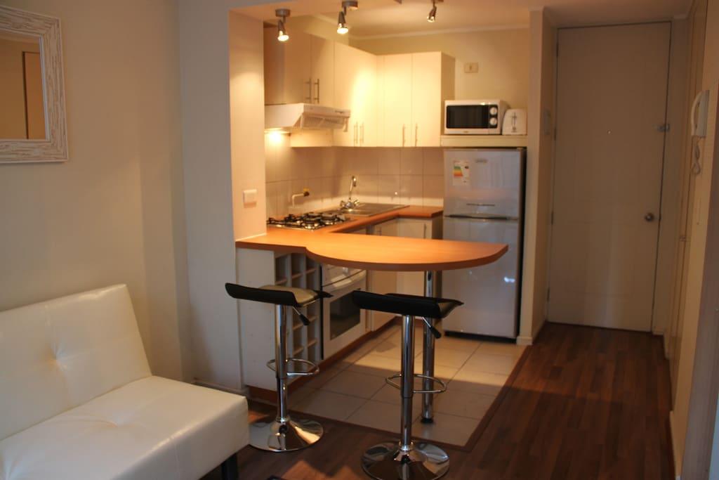 Vista al acceso y cocina equipada