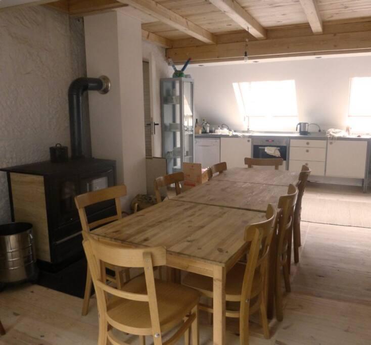 Gemeinschaftsraum mit Holzofen und Küche