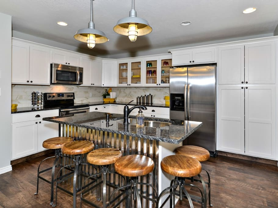 Fully stocked Kitchen with Granite Countertops!