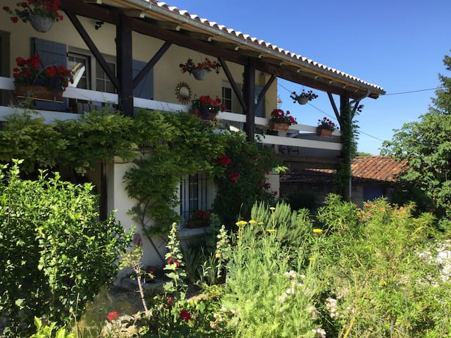 Charente farmhouse Twin Room with shared wet room