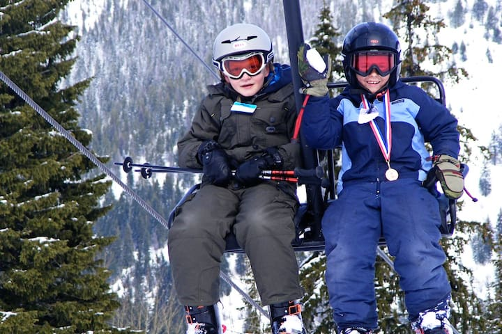Lookout family skiing. https://skilookout.com