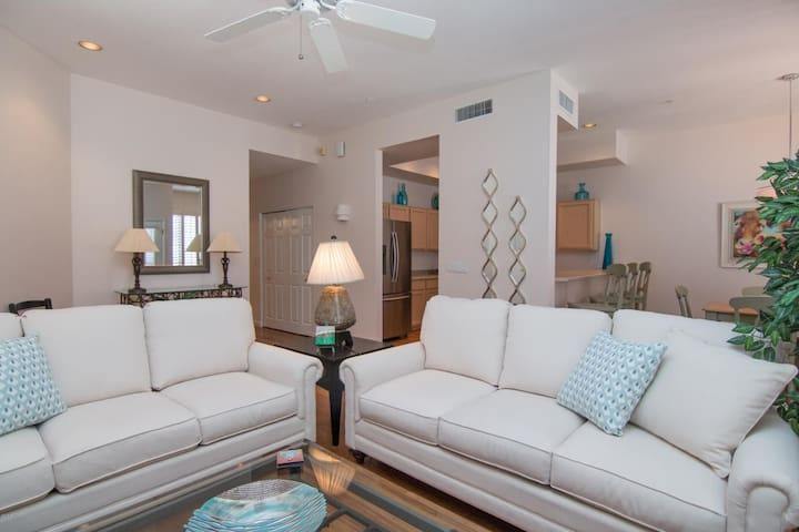 Palm Cove Condo walkable to many dining options