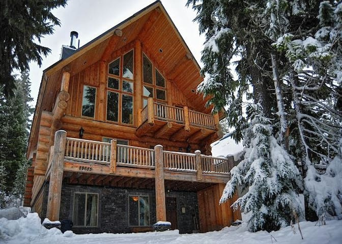 Chalet Chocolat-Log Home-HotTub-WiFi-Pets Welcome
