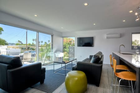 WIND SUITE - MODERN STUNNER - 1 BLOCK TO BEACH!