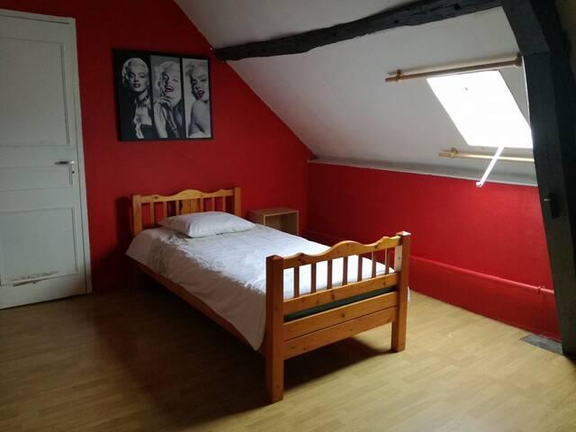 Petite chambre mansardée