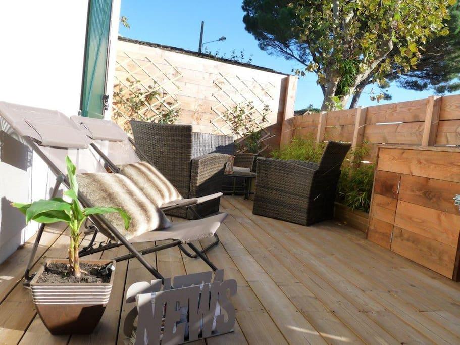 Terrasse 25 m² - Salon de jardin - Chaises longues - Barbecue électrique
