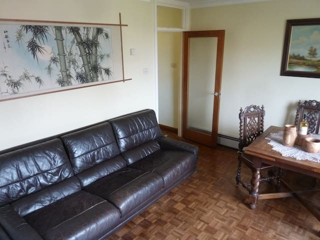 A sitting room with a sofa in Oxford, parking