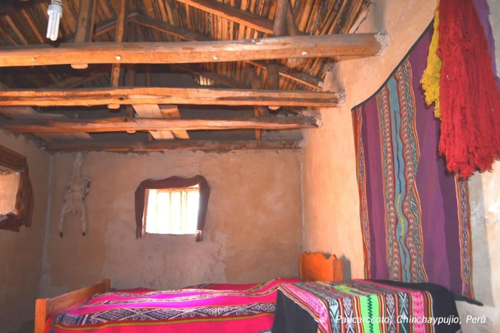 Habitación típica con mantas tejidas por la propia dueña de casa.