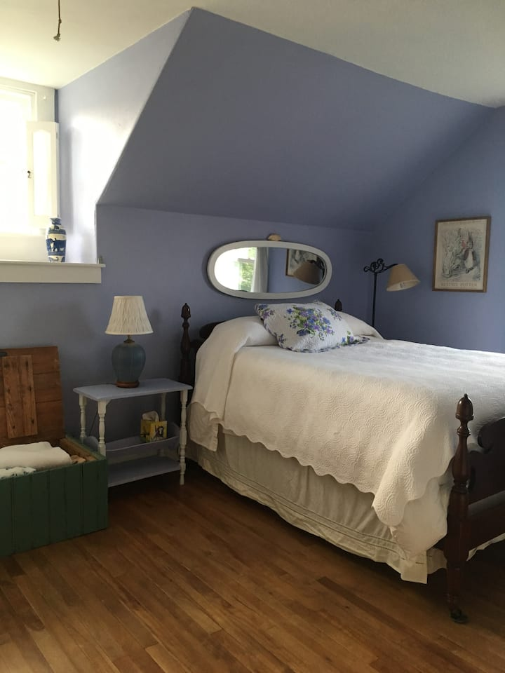 Bates Ct. Bed & No Breakfast Purple Room