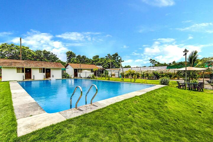 Pool and garden with Deluxe Amenities