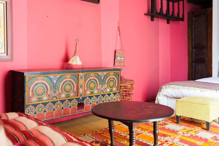 pink room in a Cosy Riad in the old Medina.