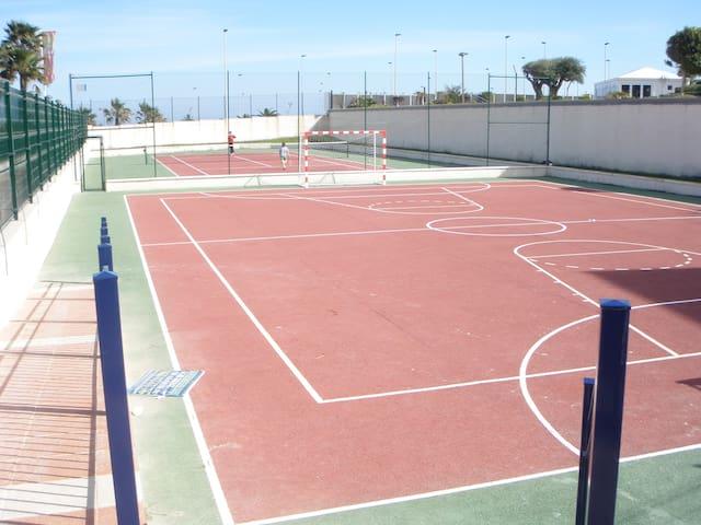 Pista de fútbol y pista de tenis