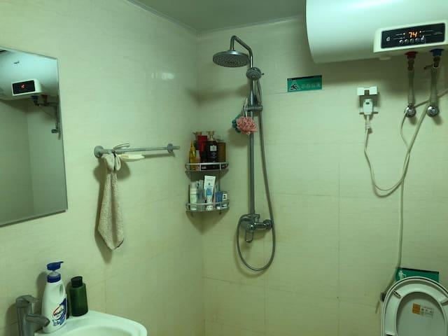 右手边是洗手间  24h热水 洗漱用品齐全 天秤座的我 选的东西你信得过哈哈