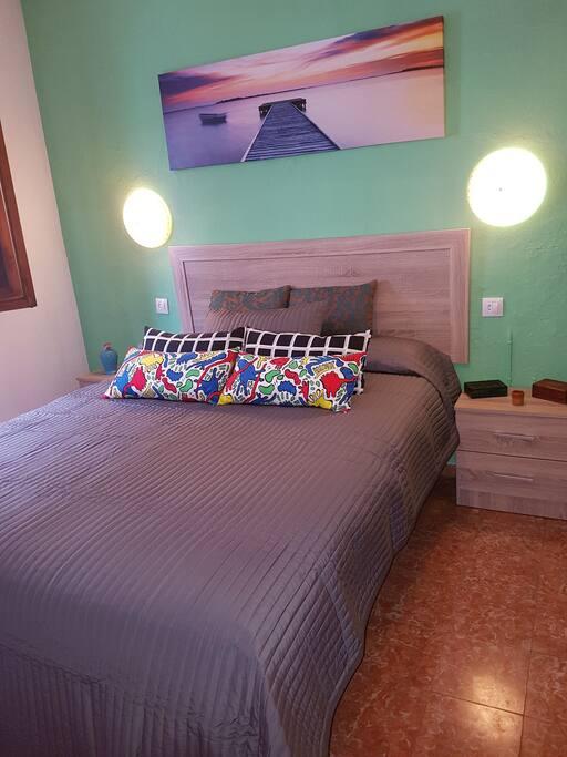 Dormitorio nuevo de matrimonio, hay calentador de agua para infusiones, wifi de fibra óptica, ventiladores en verano, en invierno no hay calefacción, pero si sábanas de franela y edredones.