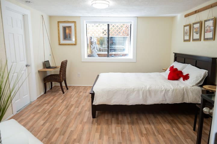 Walkable New Private Suite+Hot Tub on Alberta Park