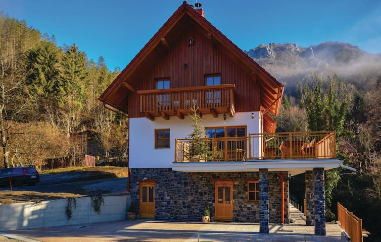 Holiday cottage with 4 bedrooms on 239m² in Osilnica