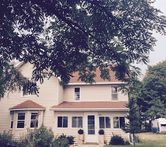 Willowtree Farmhouse: 5 minutes from Elk Rapids! - Williamsburg - Hus