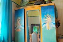 我们自己手绘的衣柜
