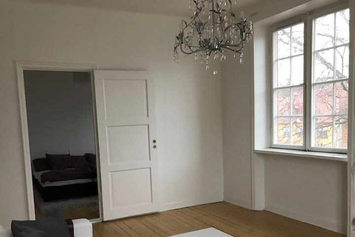 Charmig lägenhet med bra läge nära Stockholm city! - สตอกโฮล์ม