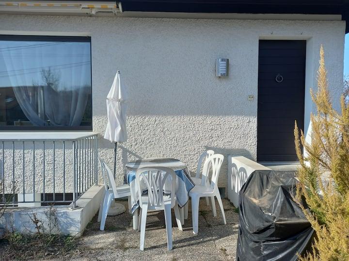 Appart en rez inférieur 2* terrasse dans maison