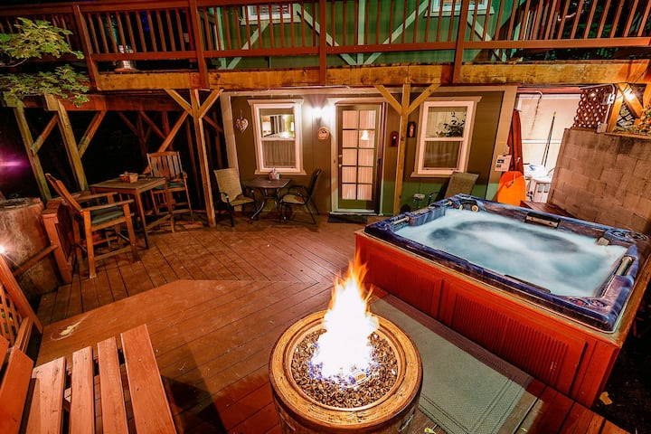 Cozy Cottage/Hot Tub/Propane Fire Pit/Great Deck